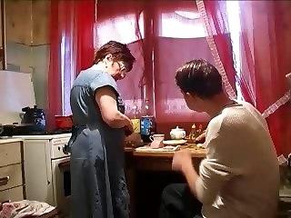 pornovideo-russkuyu-na-kuhne